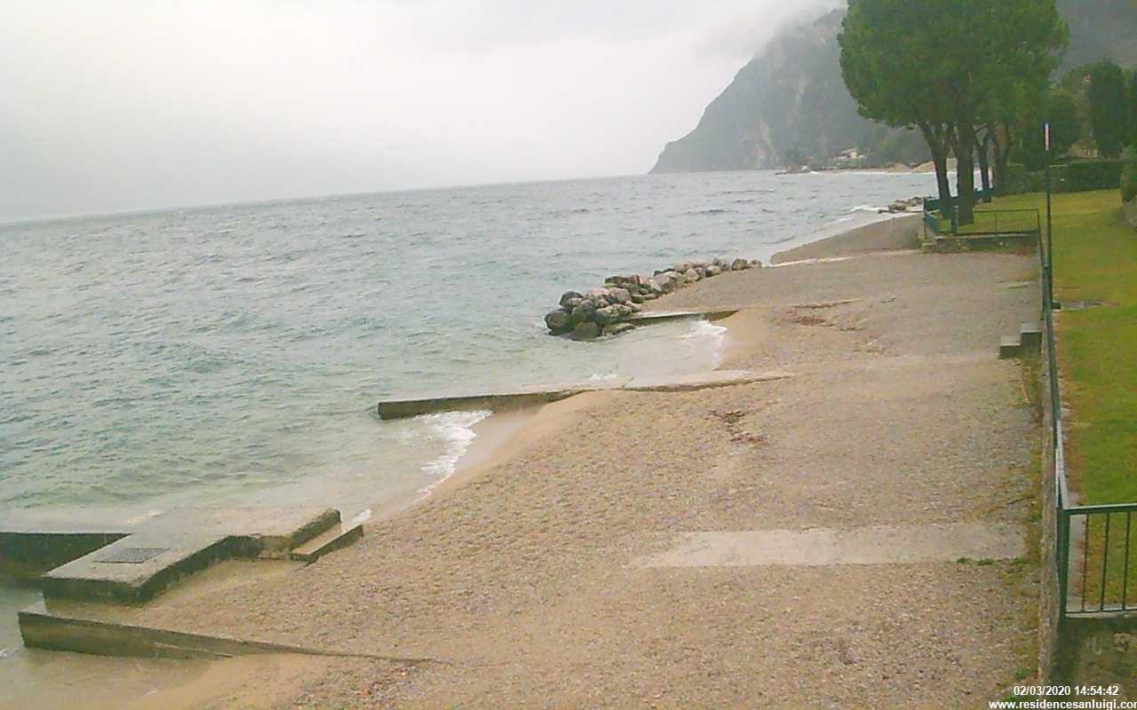 Vista della spiaggia a Limone
